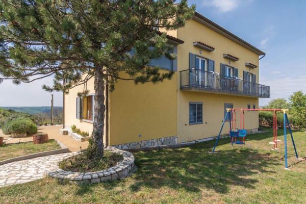 Labin, Istria, casa spaziosa con diversi appartamenti, piscina e splendide viste sul verde